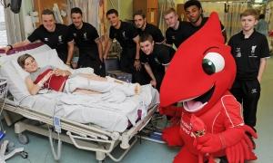 ภาพนักเตะอะคาเดมี เข้าเยี่ยมเด็กๆ ที่โรงพยาบาลอัลเดอร์ เฮย์
