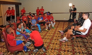 Klub sepakbola anak kunjungi hotel tim LFC